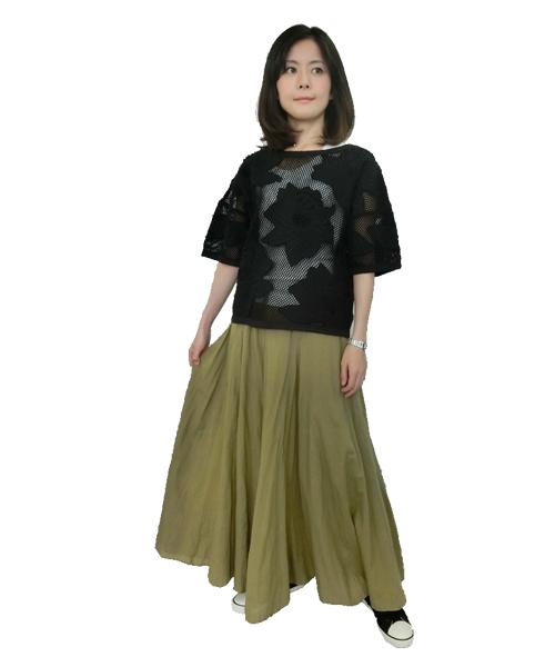 おおきなお花の刺繍アップリケがインパクト大!!のネット編みのプルオーバーに、大人気!!ふんわり広がるシルエットが魅力のボイルギャザースカートを合わせてみました。