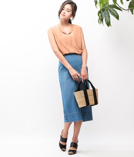 テラコッタカラーで魅せる夏のデニムスタイル  テラコッタ×デニムの配色が、今年らしい! ひざ下タイトスカートでIラインが強調されて、スタイルアップ!  かごバッグを合せれば、いっきに休日気分に。