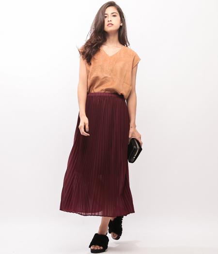 エード素材とカラーでみせる秋スタイル  主役のスエードトップスは透け感のあるプリーツスカートと合わせ、まだ暑い時期でもひと足先に秋の雰囲気を。 キャメルやボルドーのカラーも夏物に飽きてきたこの時期に新鮮。 モードな印象のファーサンダルがコーデのアクセントに!