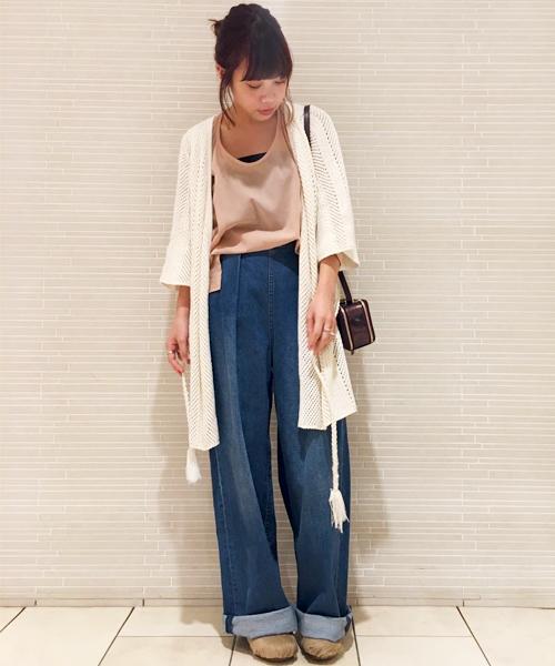 柔らかなトーンのカラー使いで、カジュアルな中にも女性らしさをプラスしたレイヤードスタイルです。 秋らしいバッグやシューズを合わせてぐっとシックな印象に