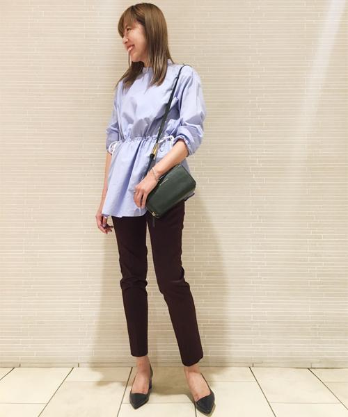 クラシカルなヨーク切り替えのチュニックシャツに細身のパンツを合わせた、 シンプルながら女性らしさを感じる大人のスタイリング。 ブルー×ボルドーのカラー使いでシックにまとめました。