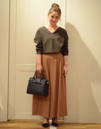 今日はワントーンコーデで秋らしくコーディネート★  スカート見えする、こちらのボトムは実はスカーチョなので履き心地も楽チンです! たっぷりのギャザーが入っていて、綺麗なバックシルエットも◎