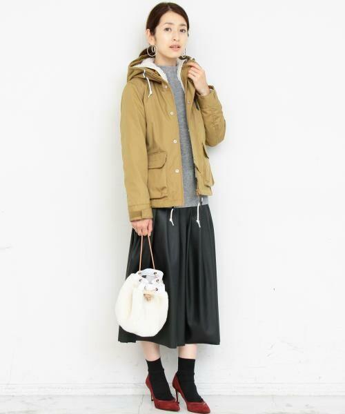 WEB限定のマウンテンパーカを主役にコーディネート。  レザー調のスカートを合わせて、 華やかで品のあるカジュアルスタイルを演出。  モデル:163㎝