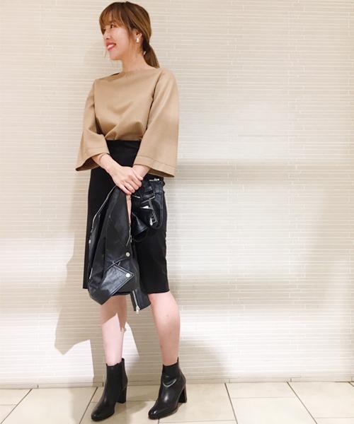 今年らしいフェイクスエードのスカートにリラックス感のあるトップスを合わせて、大人カジュアルにまとめました。 ブラックのライダースジャケットとショートブーツで、さりげなくシャープな雰囲気をプラス。 これからの時期におすすめのタウンスタイルです。