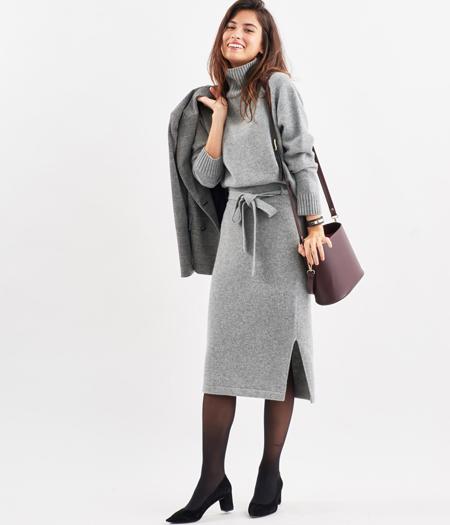 セットで着るときちんと感と今っぽさを両立。通勤にはパンプスで女らしく。  ウエスト高めのリボンベルトがメリハリを加えてくれるから、想像以上にきちんと感を演出。 長めのスカート丈も今年らしいムードたっぷり。