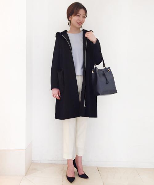 女性らしいシックなスタイリングに、ブラックのコートをプラスして甘過ぎない大人の雰囲気に。 シンプルながらこなれ感のある、これからの時期にもおすすめのコーディネートです。