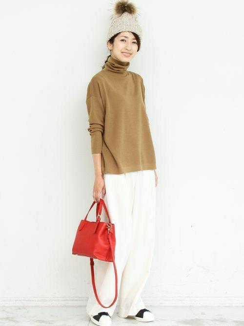 ふっくらとした上質なウールの素材感に、 ラフなドロップショルダー、スッキリとした袖周りと 計算尽くされたバランスで仕上がったタートルニットは 着るだけでこなれ感が漂う優れもの。  ワイドボトムと合わせれば、今季らしい着こなしに。   モデル:163㎝