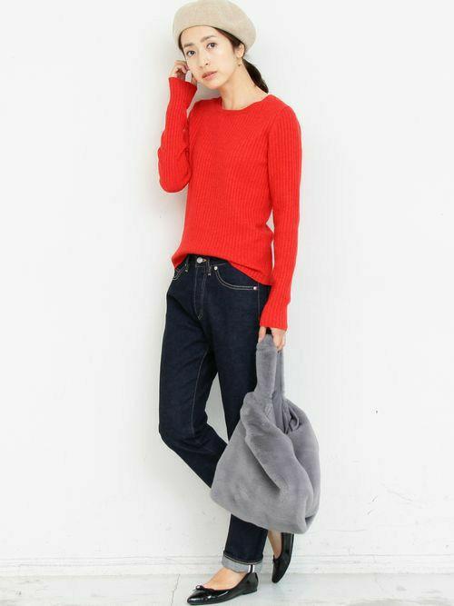 コンパクトなシルエットにリブ編みが すっきりとした印象のニットプルオーバー。   ビビットなカラーを濃色のデニムと 合わせた大人のカジュアルスタイル。   ポインテッドトゥの足元やフェイクファーバッグで 今季らしいエッセンスをプラス。  モデル:163㎝
