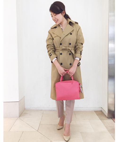 今季トレンドのピンクにはベージュを合わせて上品かつ女性らしい雰囲気に。 オーセンティックなトレンチコートできれいめにまとめた、ワンランク上のオフィスカジュアルスタイルです。