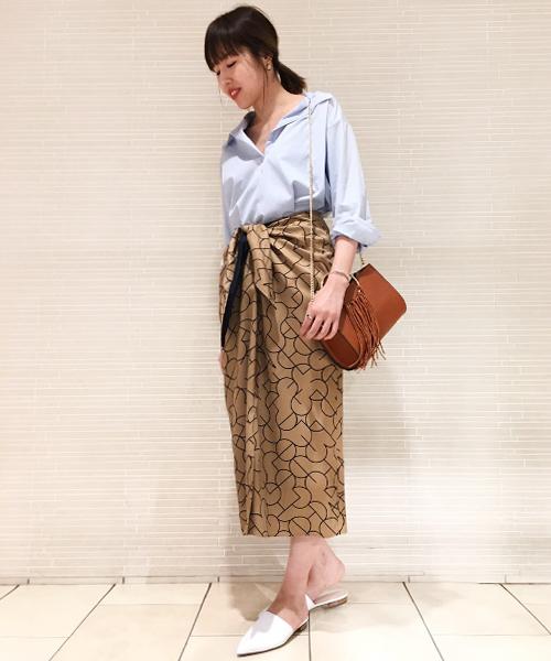 パレオのようなデザインのスカートにオーバーシルエットのシャツを合わせた、上品でリラックス感のあるスタイリング。 ポインテッドトゥのシューズでややシャープな雰囲気をプラスしました。