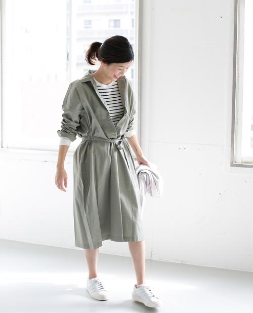 ハリ感のあるシャツワンピース。  ウエストリボンのブラウジングしだいで 着丈や雰囲気を変えることが出来、 キレイめからカジュアルにまで幅広くスタイリングすることが出来ます。
