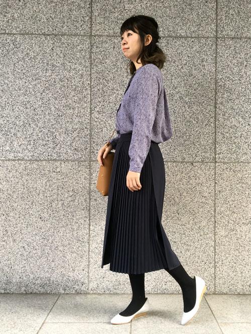 デザイン性のあるボトムスを主役にした通勤スタイル。 サイドにあしらったプリーツが女性らしい印象♪実はラップスカート仕様になっているパンツです。歩きやすいウェッジソールのパンプスは外出が多い方の強い味方です。  【スタッフ着用レビュー】  ■普段のサイズ:Sサイズ  ■身長:159cm  ■着用感:トップスはタイトすぎず一枚でもサマになるサイジングです。ボトムスはスカート見えするきちんと感のあるワイドパンツなので、ストレスフリーでゆったり着用できます。  ■生地感:トップスは軽やかで薄い素材感ですが透けにくいです。ボトムスは、ジョーゼット素材なのでシーズンレスで着回しができる素材です。