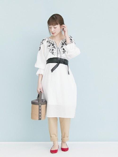 刺繍が華やかなワンピースは 刺繍糸に合わせたブラックベルトで ウエストマークしてスタイルアップ効果を🙊✨  チノパンツとのレイヤードでもカジュアルすぎないよう、 女性らしいアカのパンプスを効かせました☺  モデル:160㎝