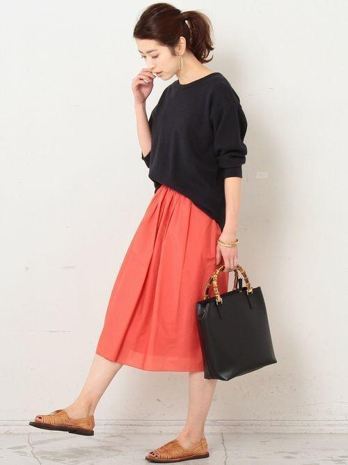 軽やかで張りのあるタフタ生地で仕立てた 美しい発色が魅力のフレアスカート。   他のアイテムの色味を抑えて、 スカートの色味を引き立てたスタイリング。   足元はサンダルで軽やかに、バッグで上品さをプラス。  モデル:163㎝