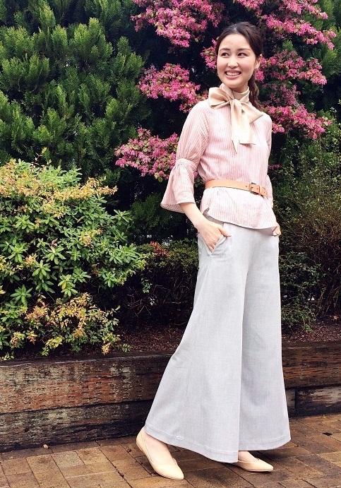 袖にデザインを入れた今年らしいブラウスとフレアデザインのパンツコーデです。 ブラウスはキュプラ素材に麻を織り交ぜた柔らかな素材。 優しいピンク色で女性らしいコーディネートに仕上がります♪ 足にまとわりつかないフレアのパンツは、軽い履き心地で春夏には嬉しいポイントです。