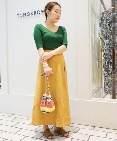 夏らしい大胆なカラーブロッキングも、リネン混のスカートでナチュラルかつ柔らかな雰囲気に。 フィット&フレアのシルエットでカジュアルな中にも女性らしさを演出しました。