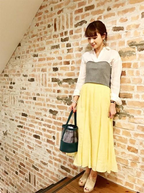 エアリーなリネン素材のスカートに、 ベーシックシャツのスタイルにビスチェをたしてトレンド感を◎   モデル:160㎝