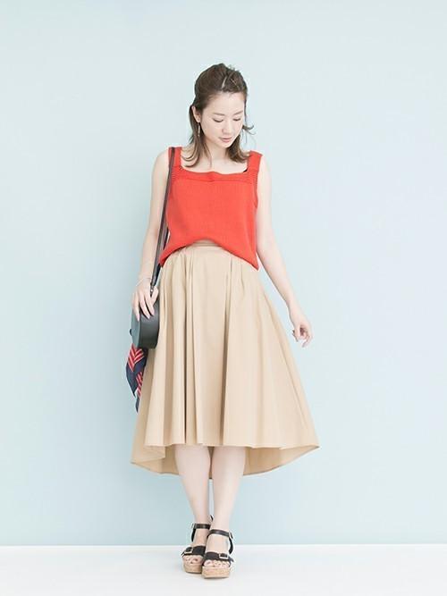 色がきれいなニットキャミ。夏は一枚でも着れるアイテムです!   スカートでフェミニンにまとめつつ、甘くならないようベージュ×ブラックでシックにまとめました。  モデル:160㎝