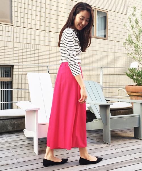 トレンドカラーのピンクを大胆に取り入れたスタイル! フェミニンなフレアパンツをボーダーカットソーでカジュアルダウンしました。 スカートのように軽やかに揺れる裾が、甘くない大人の可愛さを演出してくれます。