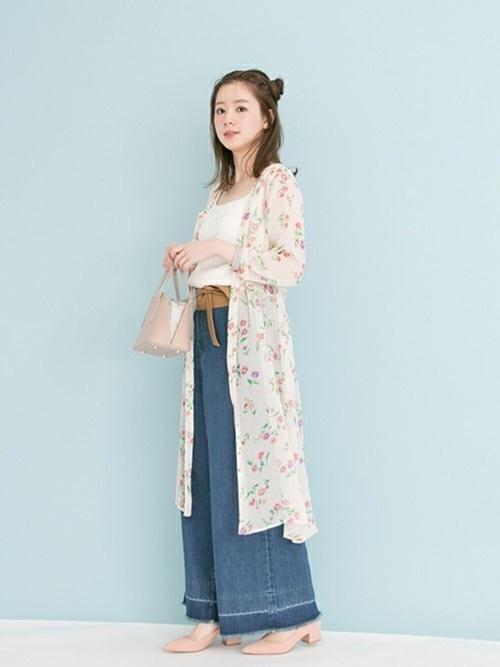 花柄ワンピースをガウン風に着こなしたトレンドライクなstyle✨✨  シフォン素材のワンピースなので軽さがあり、ワイドパンツと合わせても重たくなりません💖  サッシュベルトでスタイルアップを👏  モデル:160㎝