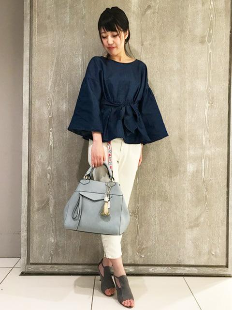 お洋服のスタイルを選ばず使えるシンプルさが魅力のトートバッグ。 柔らかく軽さもあるのに、金具使いやポケットのディティールでキチンと見えも狙えます。 斜め掛けもできるよう付属しているショルダーは、やや太めのお造りで今年らしいバランスに。 A4も入るので通勤通学にの◎