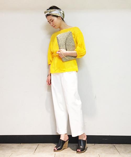 発色の良いコットンブラウスとホワイトのパンツのコントラストが爽やかなスタイリング。 スカーフやバッグなどエスニック調な小物使いが季節感を増してくれるアクセントに!