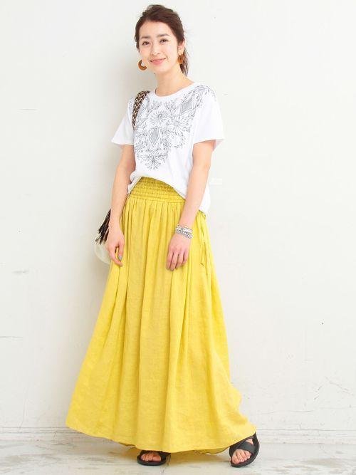 フラワーモチーフの刺繍をボヘミアンタッチに表現したショートスリーブカットソーに春夏らしいイエローのカラーが目を惹くリネンのスカートを合わせた華やかなスタイル。<br> シンプルな合わせながらもこなれ感漂う今季らしい着こなし。