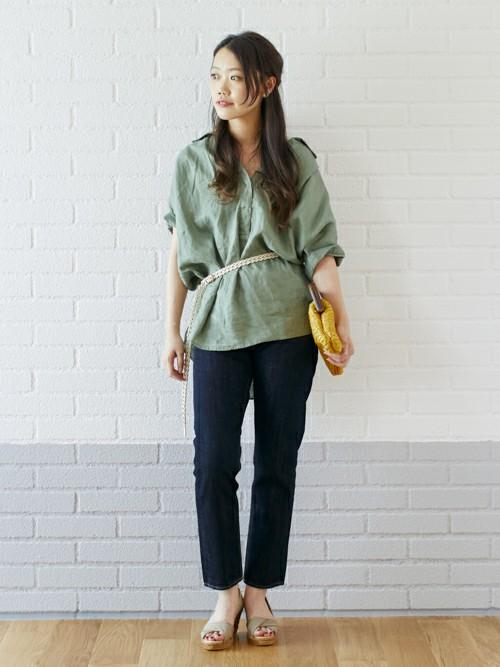 リネンシャツスタイル  ビッグシルエットのリネンシャツは涼しげなオリーブをチョイス。 シンプルにリジッドデニムにヌーディーなベージュのサンダルを合わせて夏のお散歩スタイル。 ウエストをベルトマークするとスタイルアップになります。  MODEL:160~164cm