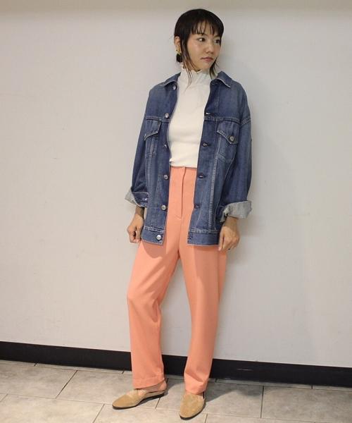 〈BACCA〉おすすめのハイウエストパンツを使用したコーディネート。 着丈の長いデニムジャケットを合わせてきれいめな印象のパンツをカジュアルに。
