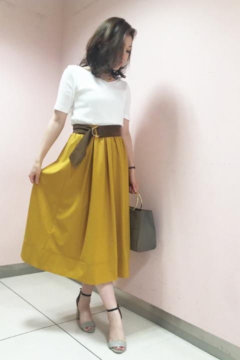 ただ立っているだけでも絵になる、ドラマティックなボリュームスカートは秋まで使える上品なマスタードをチョイス。スカートを引き立てるためにもトップスはシンプルなリブカットソーが◎/162cm