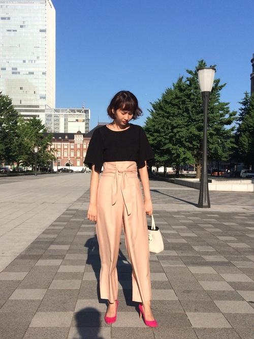 きれいめコーデ♪  大人気パンツの新色はピンク! 光沢感が上品なイメージを与えてくれます。 今ならセール価格でお安くお買い求めいただけます!