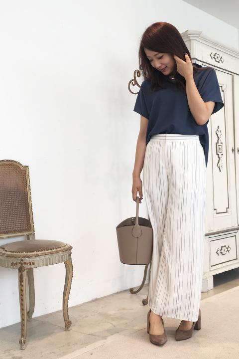 ゆるっとしたストライプワイドパンツにオーバーサイズシャツ。リラックス感たっぷりな組み合わせでも、白×ブルーの清潔感ある配色でパリッと見せて。モカ色の小物を使って秋らしさもON!/161cm