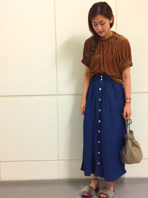 アダムエロペの秋スタイル  デニムスカートはハイウエスト&フレアシルエットでコーデにメリハリを楽しめます。 華奢なブラウスにも相性抜群です。  詳しくは商品ページをご覧ください  MODEL:165cm