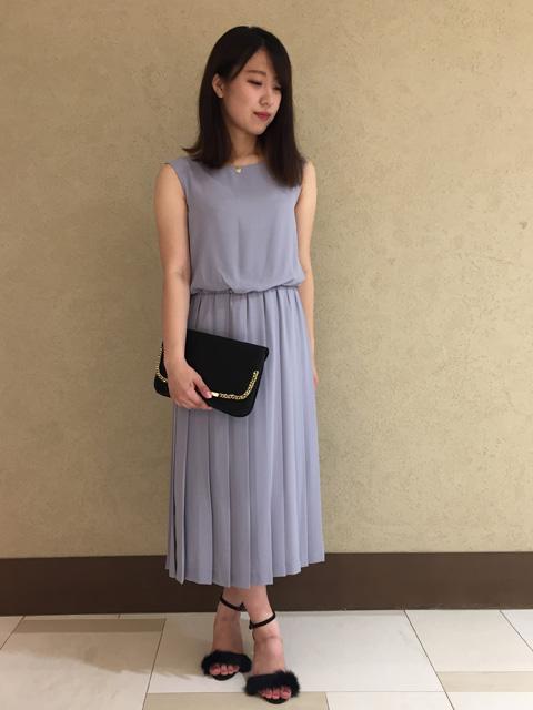 オケージョンラインに新しくプリーツスカートのドレスが登場しました! 丈は長めの作りで、より上品に女性らしいデザインになっています。 ウエストがゴムのふんわりとしたフォルムなので、着心地もとっても楽です◎