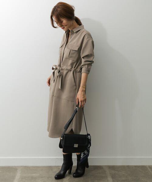 ワークテイストなダブルポケットがアクセントになるワンピースは、とろみのある素材感が上品で大人な一着。