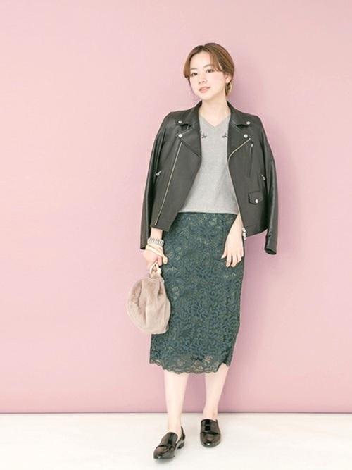 ベーシックアイテムとして一着はもっておきたいレザーのライダースブルゾン。  ほどよいシェイプ感とサイジングで女性らしく着こなせます◎  辛口のレザーはレーススカートでフェミニンさをプラスさせました。   モデル:160㎝