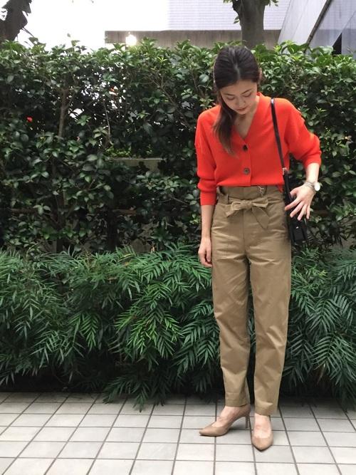 オレンジのカーディガンをメインにした通勤・オフの両用コーデ! レーヨンのとろみ感が適度な体へのフィット感となり、なめらかで気持ち良い肌触り。 ショート丈なので脚長効果もあり、ワイドパンツやミディ丈・ロング丈などのスカートとも合わせやすい着丈です。 フロントボタンを留めてプルオーバー風に着こなすのも今年の気分◎