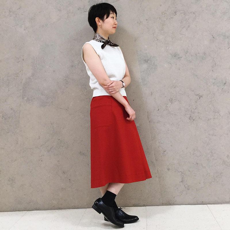 大人の夏休みスタイル  赤を基調としたコーディネート。 トップスを白で合わせることで爽やかなイメージにまとまります。