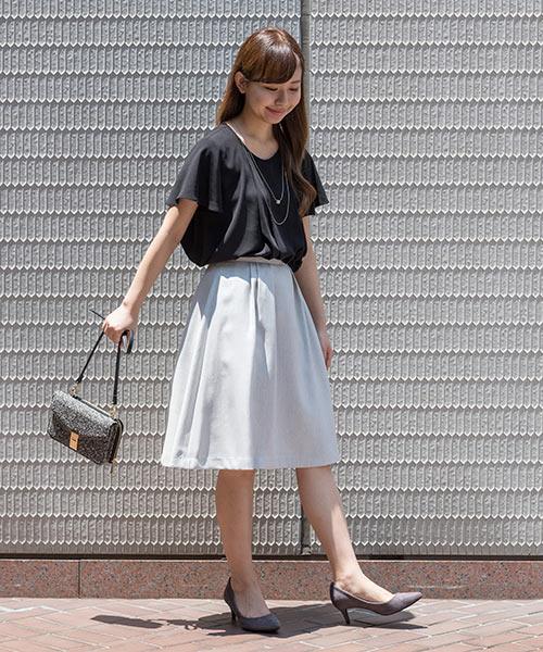 夏のクロは軽やかに♪ライトグレーのフレアスカートで爽やかさもプラスしてライトなモノトーンコーデに仕上げて。