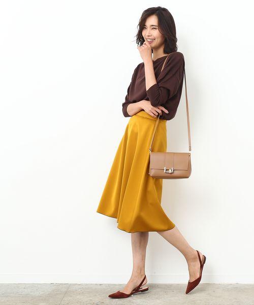 秋トレンドのマスタードイエローは、きれいめフレアで取り入れると上品!  華があるけど鮮やかすぎないマスタードの色味が品よく映える、フレアスカート。 チョコレートカラーのニットを合わせた暖色系の配色が秋のトレンドです。小物も暖色系でまとめて旬をアピールして。  ※Oggi10月号掲載※