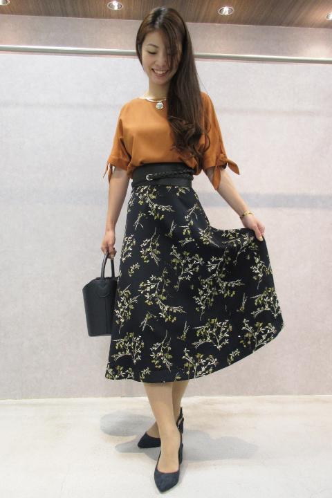 店頭人気NO.1の袖リボンブラウスに新色登場★まろやかなオレンジトップスとレトロ調フラワースカートで今ジャストで着られる、秋の最旬フェミニンスタイルに。/164cm