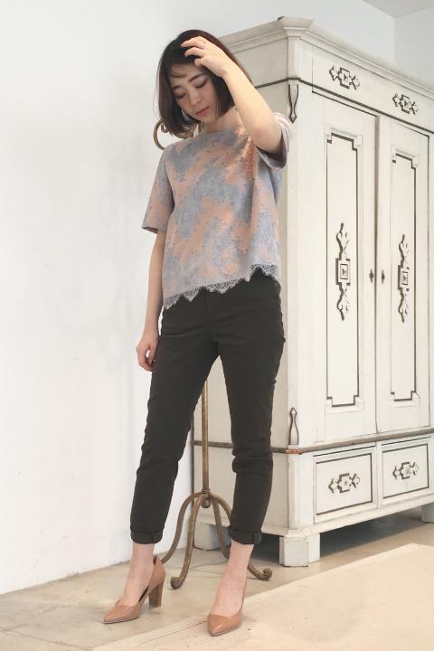 高級感もある、今までとは一味違うレーストップスはピンク×グレーがオトナフェミニンな絶妙配色。ボトムはあえてのカーゴパンツでカジュアルに着ればデイリーにもOK!/157cm
