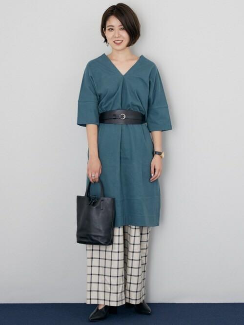 ワンピース×ワイドパンツ  シンプルなカットソーワンピースに柄パンツとサッシュベルトを合わせて、今年らしい旬のスタイリングに。  MODEL:155~159cm