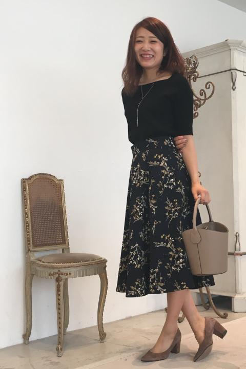 甘過ぎず、凛とした雰囲気が大人っぽい落ち着いたトーンの飛び花プリントスカート。トップスはシンプルな同色系のコンパクトニットにして、スカートの華やかさを引きたたせて♪/161cm