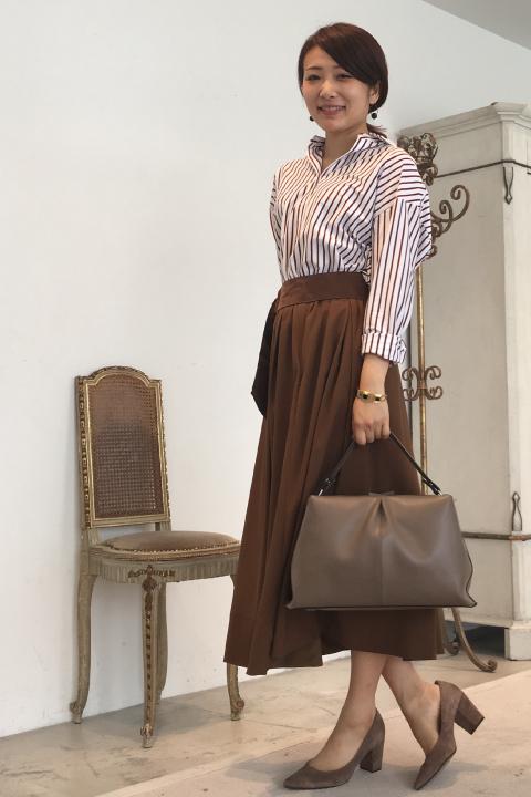 今季、気になるブラウンのフレアスカートもシャツ合わせできちんと見えにすればオフィスにも最適。シャツは衿を抜くことでカッチリしすぎず、こなれ感をだして♪/161cm