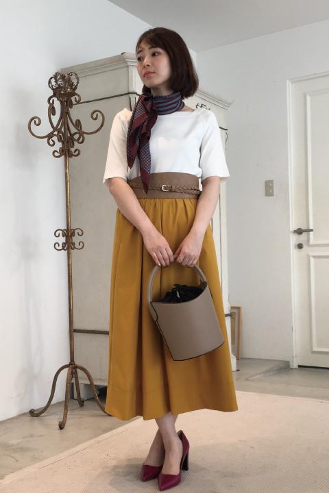 クリーンなホワイトトップスと深みのあるマスタードイエローのスカートでクラシックレディスタイルに。サッシュベルトやスカーフといった旬なトレンド小物を効かせれば、気分はまるでパリ散歩♪/157cm