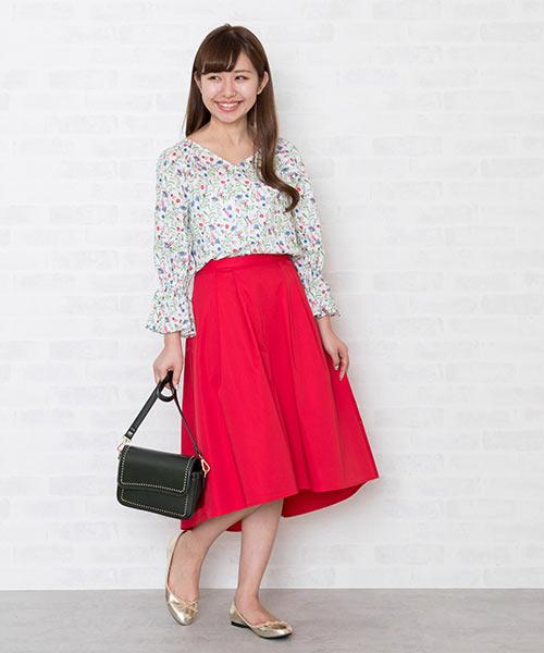 「Temptation Meadow」シリーズをピックアップ。 赤い小花にあわせて発色の良い赤いスカートをあわせて、華やかなコーディネートを楽しんで♪