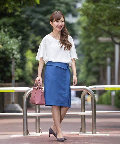 袖の長さも安心丈のフレアスリーブブラウスをキレイなブルーのタイトスカートにイン。 キチンと愛されオフィススタイルの完成です。