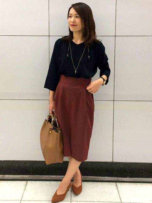 『初秋の通勤スタイリング 』  トレンド感のあるハイウエストデザインのスカートにとろみ素材のトップス、どちらも落ち着いたカラーでまとめた通勤スタイル。 シューズとバッグはどんなカラーにも馴染みやすいベージュで選んで、秋らしく上品さのある印象にまとめました。   【スタッフ着用レビュー】  ■普段のサイズ:Sサイズ  ■身長:155cm  ■着用感:ブラウスは袖口のデザインが綺麗で手首が華奢に見えます。スカートはフリーサイズの中でも少しSサイズよりですが、伸縮性があるので穿きやすいです。身長156cmでひざが隠れる丈感なのでオフィススタイルにはぴったり♪   ■生地感:ブラウスはとろみのある生地なので着心地が良いです。スカートは裏地はないですが、透け感がないので安心して着られます。