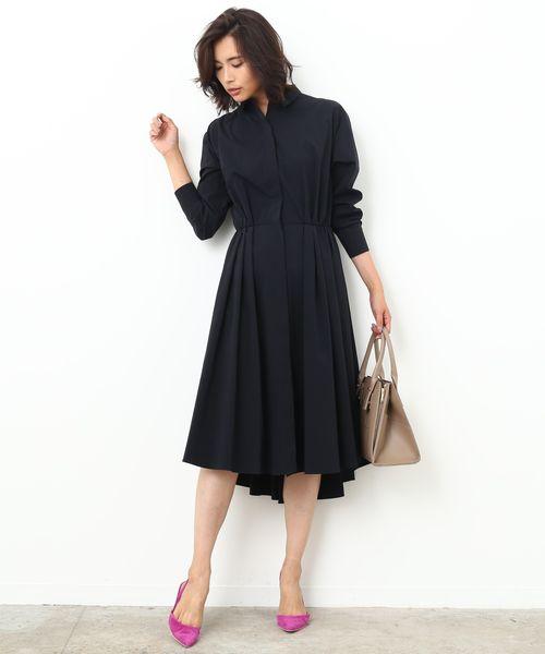 無防備に着崩したシャツドレスに宿る〝ヘルシー×センシュアル〟  キュッと絞られたデザインでくびれを強調した、自然とドラマティックなシルエットを描くシャツドレスは、さらりと1枚で決まる優秀アイテム。バックロングな裾の長さも女性らしく印象的です。 上質なシャツは、首元の襟抜きやスリットのように開けた裾など、抜け感を加えた着こなしでこなれ感を出すと◎ 肌寒くなってきたら前を開け、ガウンピースのように重ねるのもオススメです。                                                                                                                                                                     ※InRed10月号掲載※